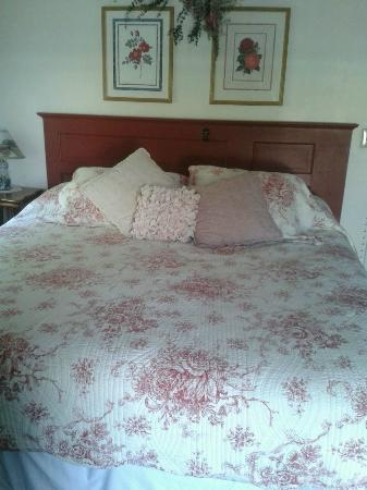 Blueberry Farm Bed & Breakfast : The Rose room bed