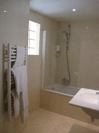 Massenet Hotel: Rest of bathroom of Terrace Room
