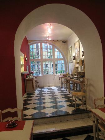 Hotel Du Musee: View of breakfast area where food is served (from seating area inside, not courtyard)