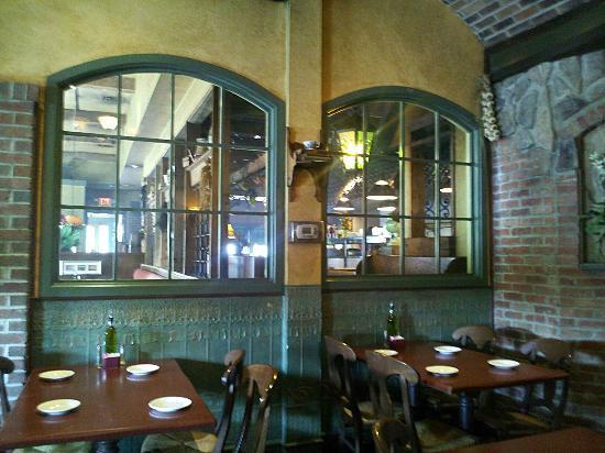 Toscana Brick Oven Pizzeria: Interior