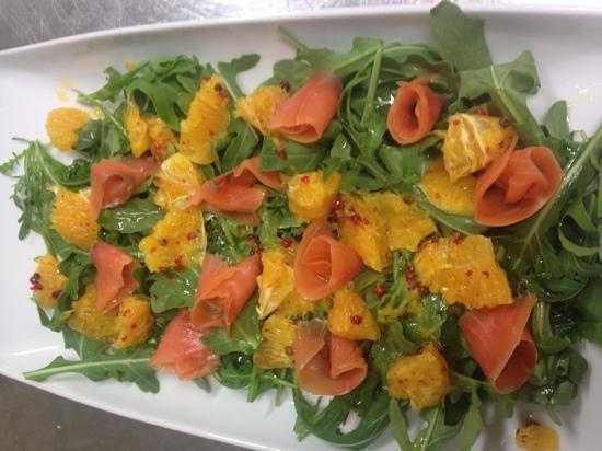 Frosinone, Italy: insalata con rucola,salmone ,arancia e pepe rosa..