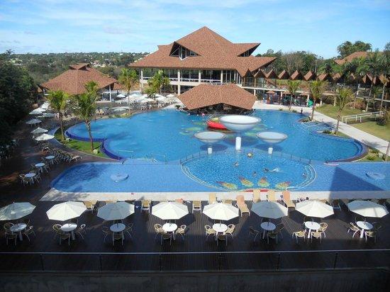 Vista de la piscina y las habitaciones con balcones for Cataratas para piscinas