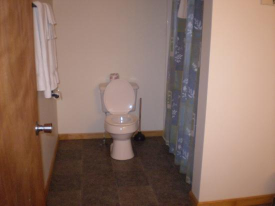 Blair House : spacious spotless bathroom