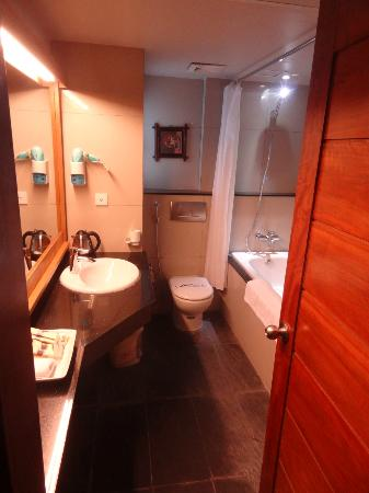 Eternity Hotel : spacious bathroom