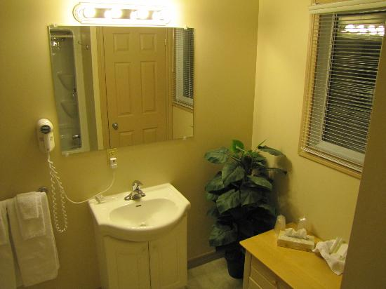 Isaiah Tubbs Resort: Upstairs Bathroom