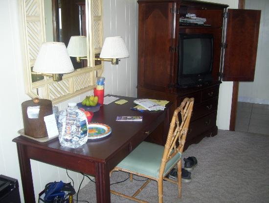 Lafayette's Oceanfront Resort: TV and workstation