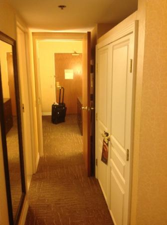 Hilton Lexington Suites: Hallway between living room & bedroom.