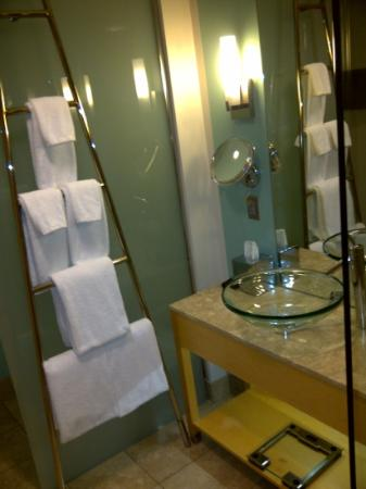 Loews Minneapolis Hotel: King room bathroom