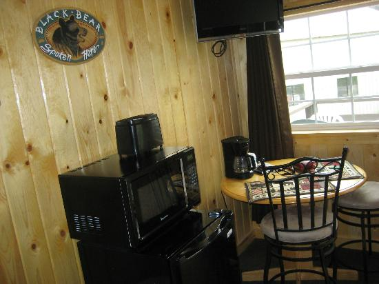 Evergreen Motel: Room includes fridge, microwave, toaster, table