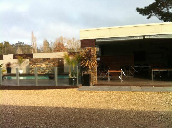 Motel on Alpine: Delightful Pool and outside/inside Bistro/Bar