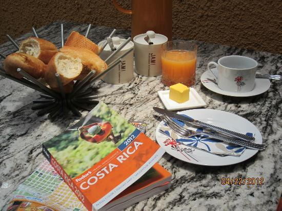 Casa 69: Free breakfast, very delicious orange juice, papaya and fresh bread and jam!