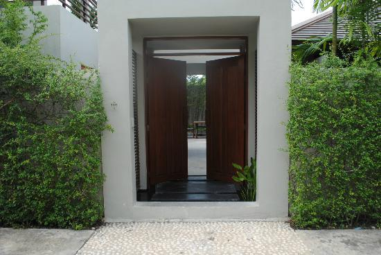 AKA Resort & Spa: Entrance to Villa