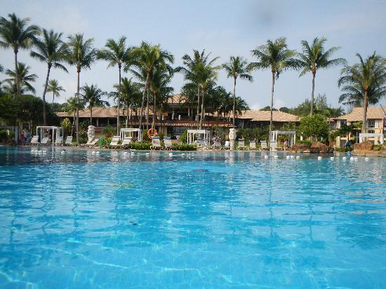 Nirwana Gardens - Nirwana Resort Hotel: プールからホテル建物を写す