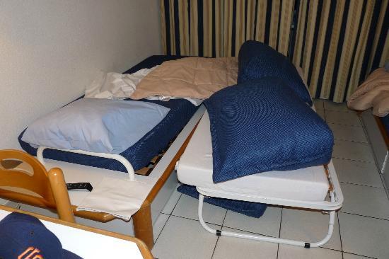 Pierre & Vacances Village Port-Bourgenay : Votre lit double! Avons visité plusieurs appartements, tous identiques, même problème!