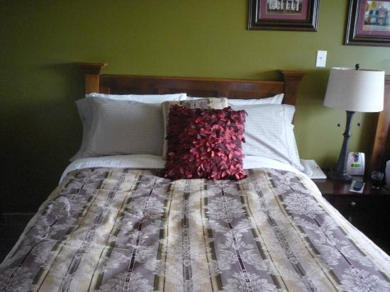 Antigonish Evergreen Inn: One of two double beds