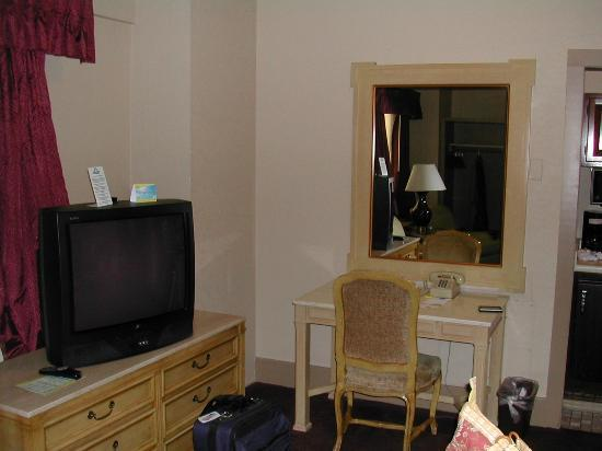 Days Inn Rochester Downtown: TV and the desk