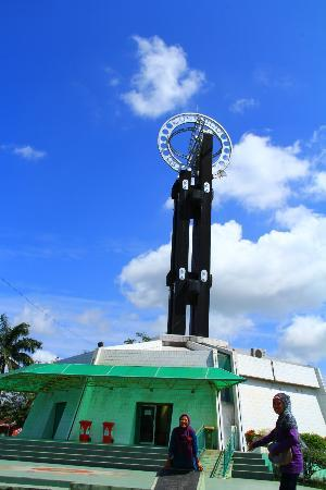 Equator Monument: the outside monument
