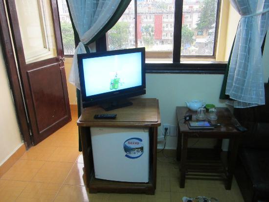 Thanh Binh Hotel: TV and fridge