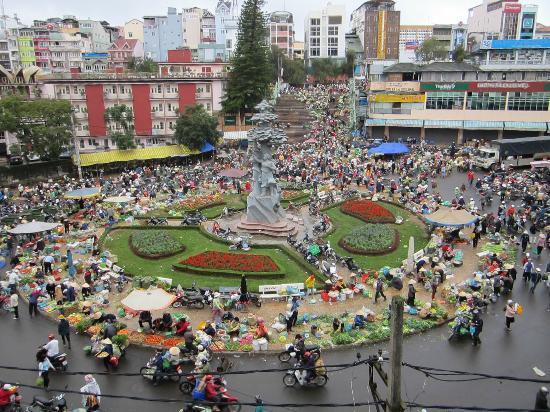 Thanh Binh Hotel: Morning market mayhem