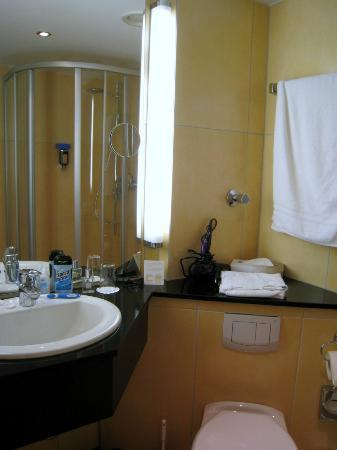 Novum Hotel Arosa Essen: Inside renovated bathroom