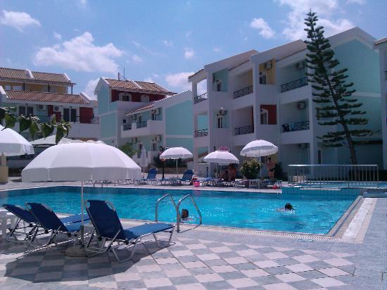 Maistrali Apartments: Αποψη της πισίνας 1
