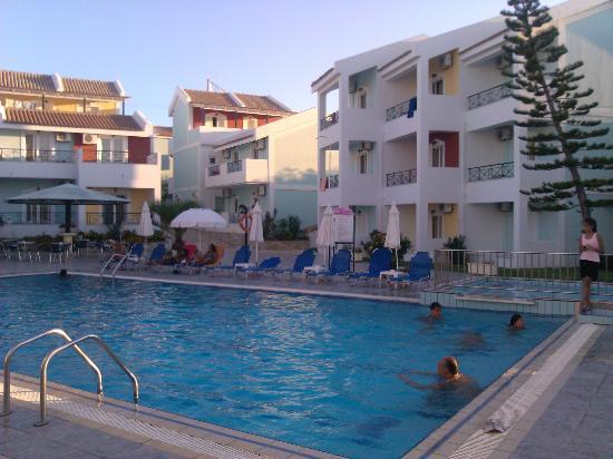 Maistrali Apartments: Αποψη της πισίνας 2