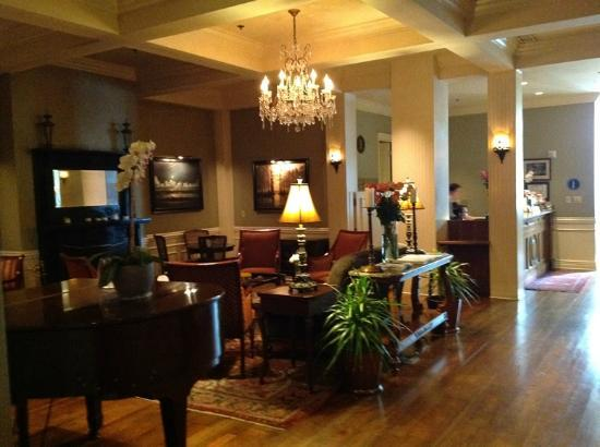River Inn of Harbor Town: River Inn Lobby with Piano