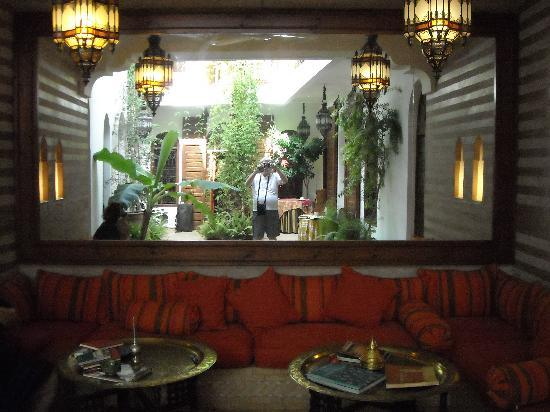 Riad Sable Chaud: Corte interna riflessa nel grande specchio alle spalle dei divani al piano terra