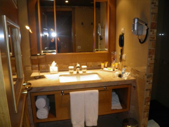 Sport Hotel Hermitage & Spa: Salle de bain, baignoire et grande douche !