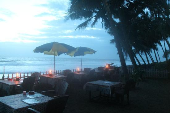 WoodHouse Beach Resort: Restaurant Sit out