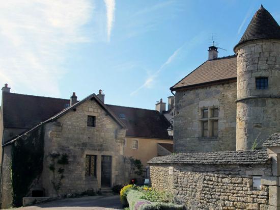 Maison du Tisserand de l'Abbaye de Flavigny : Face à l'Ermitage