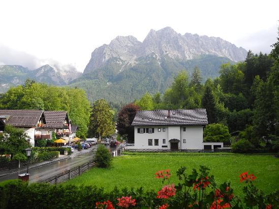 Hotel Garni Wetterstein: Blick vom Balkon auf die Waxenstein