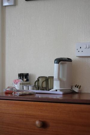 Sandcliff Guest House: Grim tea making facilities