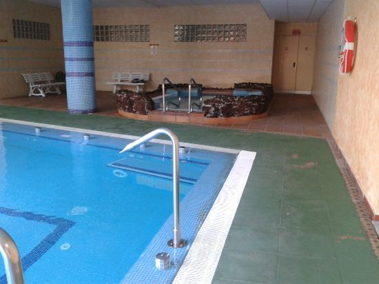 Best Semiramis: Zona de piscina climatizada y jacuzzi