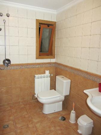 """Nornas Hostel : baño con ducha """"marroquí"""" de nuestra habitación"""