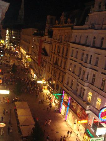 Austria Trend Hotel Astoria Wien: Late evening view from our Room