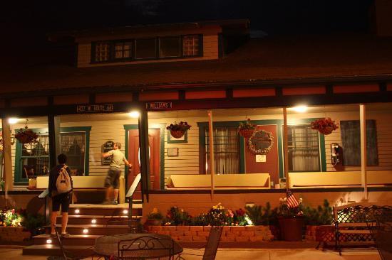 Buffalo Pointe Lodge: Facciata di notte