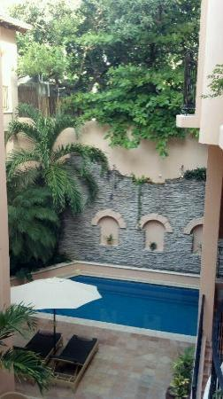Acanto Condo Hotel & Vacation Rentals: Acanto's outdoor courtyard and pool