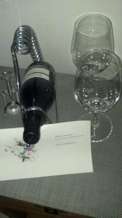Acanto Condo Hotel & Vacation Rentals: Hotel staff surprised me with complimentary b-day wine