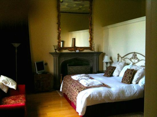 Staffield Hall: main bedroom - Manor Hall