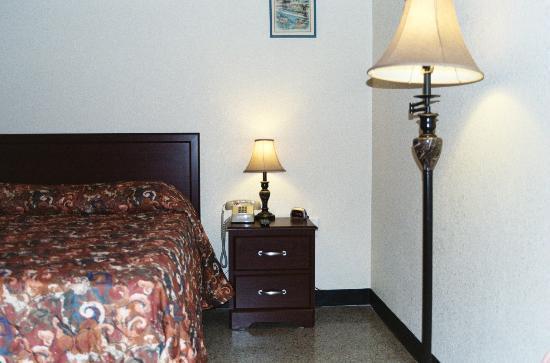 Coral Ridge Inn: Plenty of lighting in every room