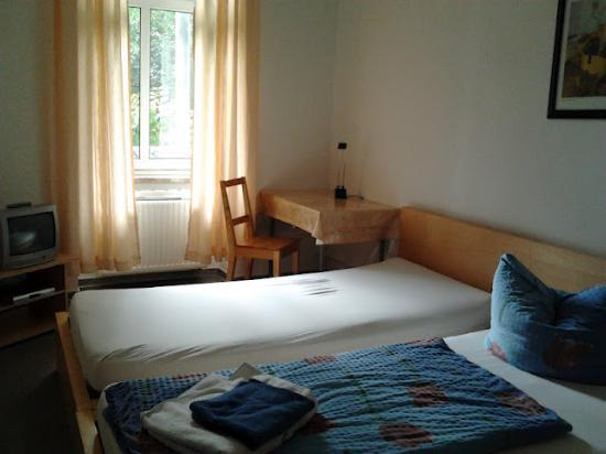 A bed Privatzimmer Dresden: Double room given as a single