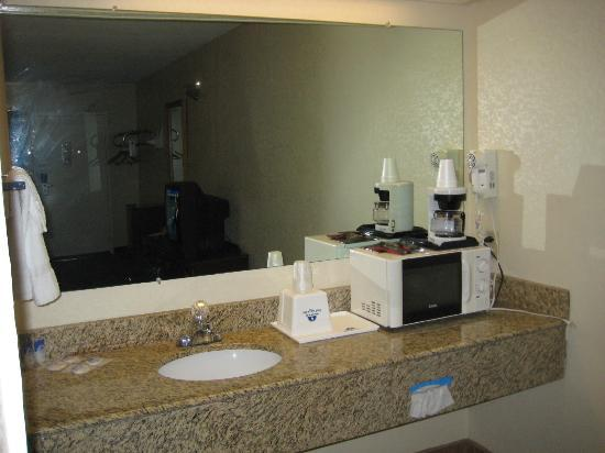 Americas Best Value Inn South Hill: Large mirrored sink area