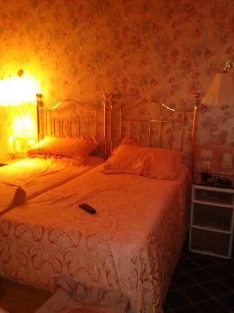 Continental Palacete: CHAMBRE POUR 2 + ajout d'1 LIT ENFANT au pied des 2 lits adultes / place suffisante pour 3 