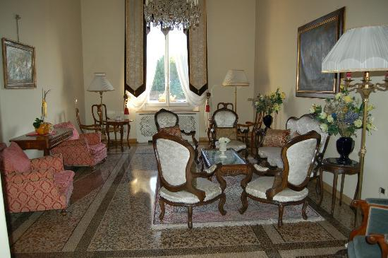 Principe Hotel: Half of the lounge area