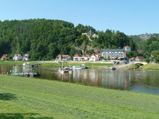 Rathen, Tyskland: The hotel from the other river side (ferry)