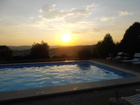 Agriturismo Le Casacce: Il tramonto dalla piscina...