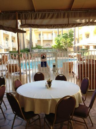 Radisson Hotel San Diego - Rancho Bernardo: Dining by the Pool - very nice