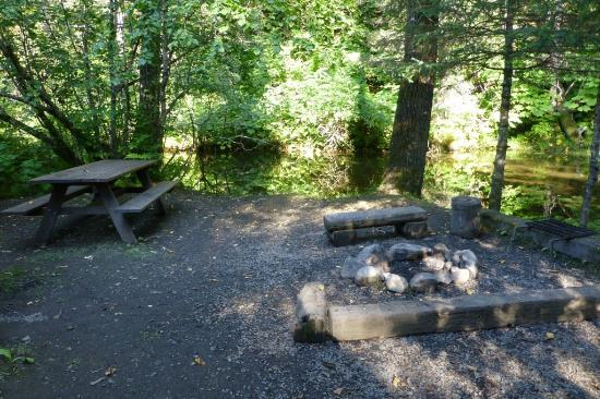 Alaska Creekside Cabins: Fire pit, picnic table and creek in front of the Spring Cabin