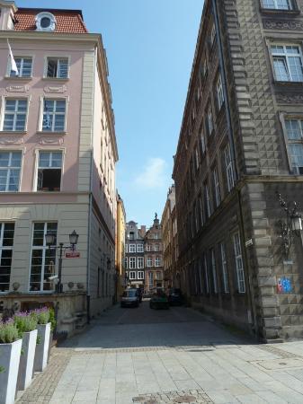 Dluga Street (ul. Dluga): A side street off Dluga